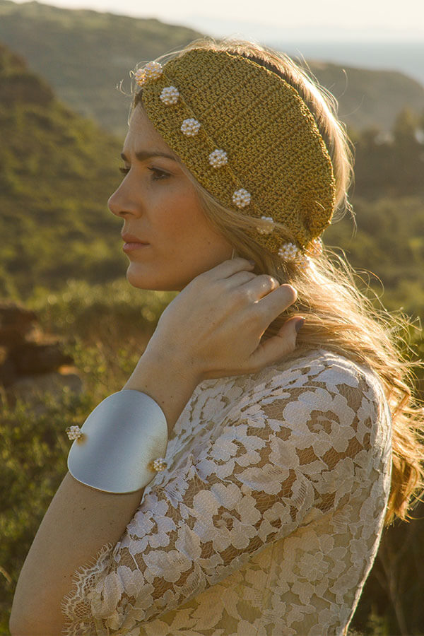pearls gold hair woman
